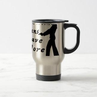 Los chicas con los armas se divierten más tazas de café