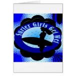 Los chicas de la persona que practica surf consigu felicitaciones