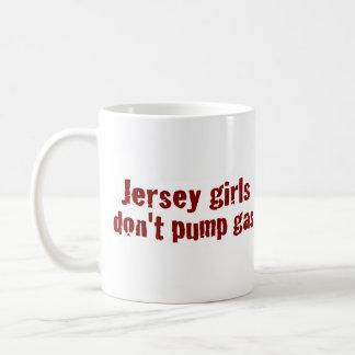 Los chicas del jersey no bombean el gas (nuevo) taza básica blanca