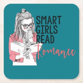 Los chicas elegantes leyeron el práctico de costa posavasos desechable cuadrado