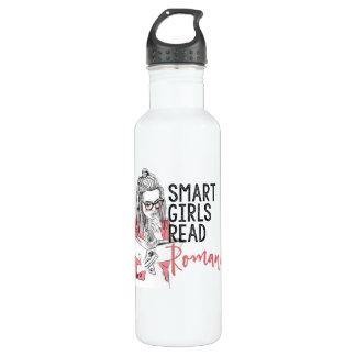 Los chicas elegantes leyeron la botella de agua