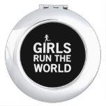 Los chicas funcionan con el mundo espejo maquillaje