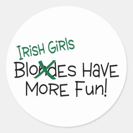 Los chicas irlandeses se divierten más pegatina redonda