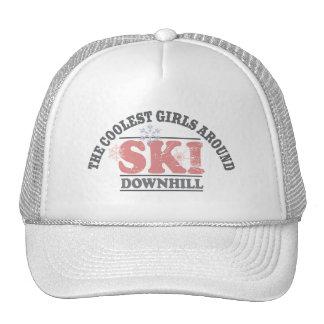 Los chicas más frescos alrededor del esquí cuesta  gorro de camionero