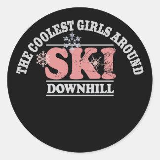 Los chicas más frescos alrededor del esquí cuesta pegatina redonda