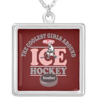 Los chicas más frescos alrededor del hockey sobre  colgante cuadrado