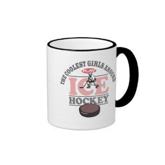Los chicas más frescos alrededor del hockey sobre  tazas de café