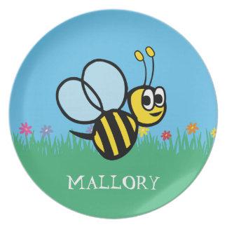 Los chicas personalizados manosean la abeja en plato de cena