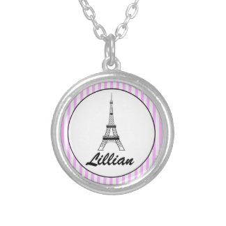 Los chicas personalizaron el collar de la torre Ei