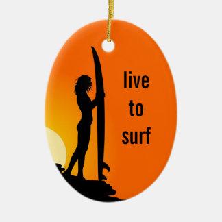 Los chicas que practican surf personalizaron el adorno navideño ovalado de cerámica