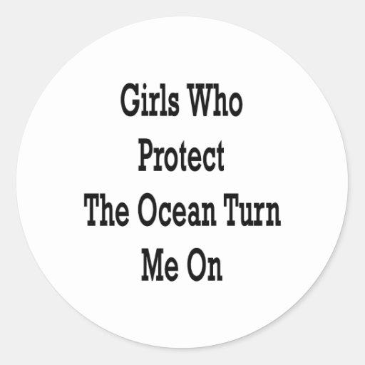 Los chicas que protegen el océano me giran etiqueta redonda