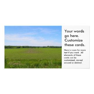 Los cielos azules de las tierras de labrantío de tarjeta fotográfica