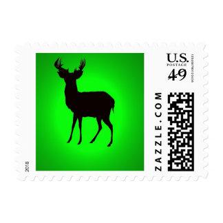 los ciervos con imagen de fondo verde en zazzle sellos