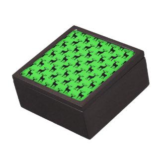 Los ciervos siluetean en verde vivo cajas de joyas de calidad