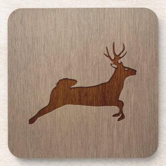Los ciervos siluetean grabado en el diseño de posavaso