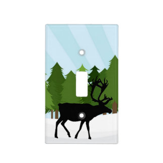 Los ciervos siluetean, los árboles de pino y nieve cubierta para interruptor