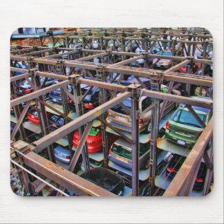 Los coches apilados parquearon cerca de la alta lí alfombrillas de raton