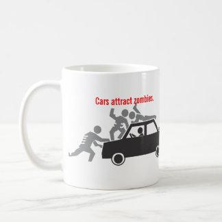 Los coches atraen a zombis taza básica blanca
