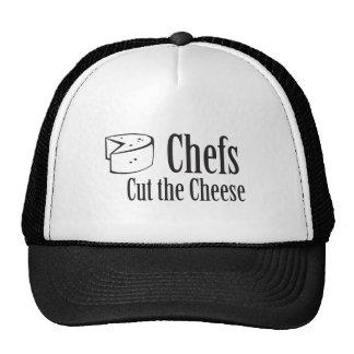 Los cocineros cortaron el queso gorros