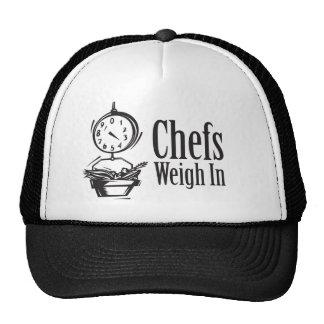 Los cocineros pesan adentro gorras de camionero