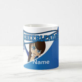 Los colores adorables del azul de la animadora el taza básica blanca