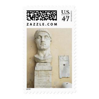 Los componentes de una estatua gigante del timbre postal