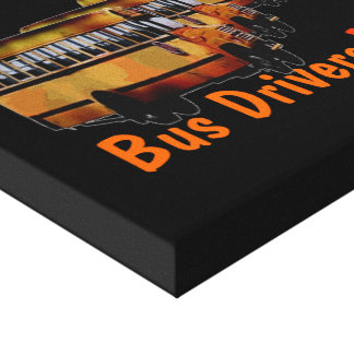 Los conductores del autobús cuidan impresiones en lona estiradas