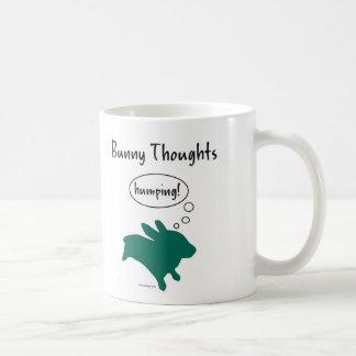 Los conejitos piensan en la taza del amor