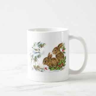 Los conejitos y el pájaro gozan de nieve taza de café