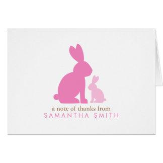 Los conejos rosados de la mamá y del bebé le agrad tarjetón