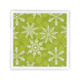 Los copos de nieve modelan en verde bandeja cuadrada