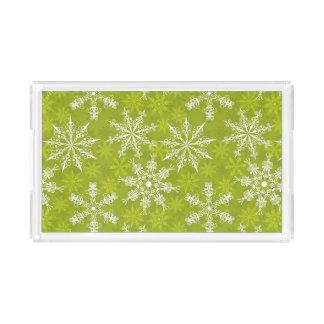 Los copos de nieve modelan en verde bandeja rectangular