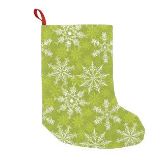 Los copos de nieve modelan en verde calcetín navideño pequeño