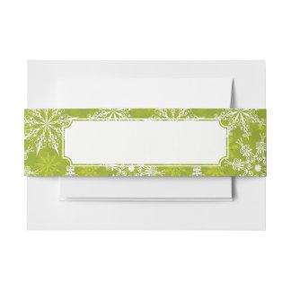 Los copos de nieve modelan en verde cintas para invitaciones