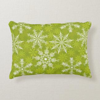 Los copos de nieve modelan en verde cojín