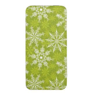 Los copos de nieve modelan en verde funda acolchada para iPhone