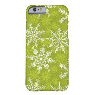 Los copos de nieve modelan en verde funda de iPhone 6 barely there