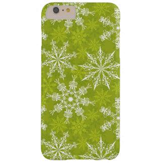 Los copos de nieve modelan en verde funda de iPhone 6 plus barely there