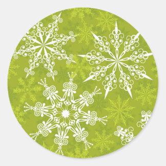 Los copos de nieve modelan en verde pegatina redonda