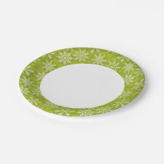 Los copos de nieve modelan en verde plato de papel de 7 pulgadas