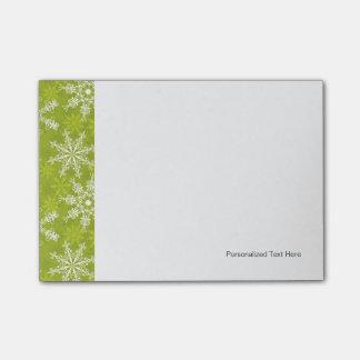Los copos de nieve modelan en verde post-it® notas