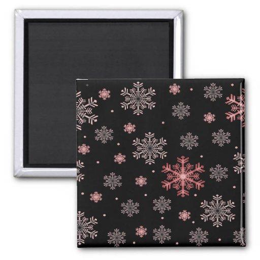 Los copos de nieve rojos/rosados en invierno negro imanes para frigoríficos