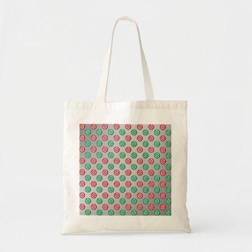 Los copos de nieve verdes rojos en círculos en la bolsa tela barata