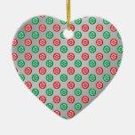 Los copos de nieve verdes rojos en círculos en la  adornos