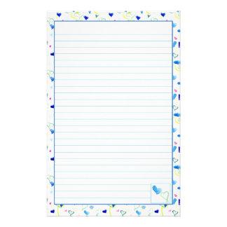 Los corazones azules alinearon el papel de escribi papeleria
