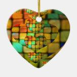 Los corazones de cristal coloreados de la teja hac ornamentos para reyes magos