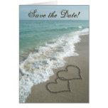 Los corazones de la arena en la playa, ahorran las tarjeta