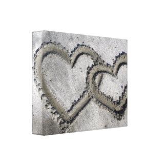 Los corazones del amor de la arena envolvieron la  impresión en lona estirada