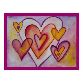 Los corazones del amor que entrelazaban postal