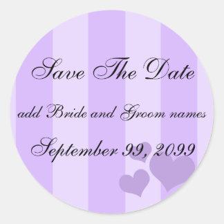 Los corazones púrpuras y las rayas ahorran los pegatina redonda